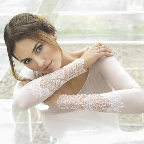 عارضة الأزياء هلين ليندس تختار أحد فساتين زفاف روسا كلارا لزواجها الوشيك من لاعب كرة السلة رودي فرنانديز