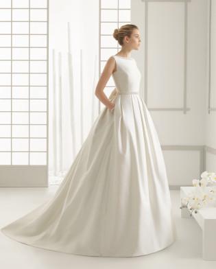 DELICADO vestido de novia en piqué de seda con adorno de pedrería.