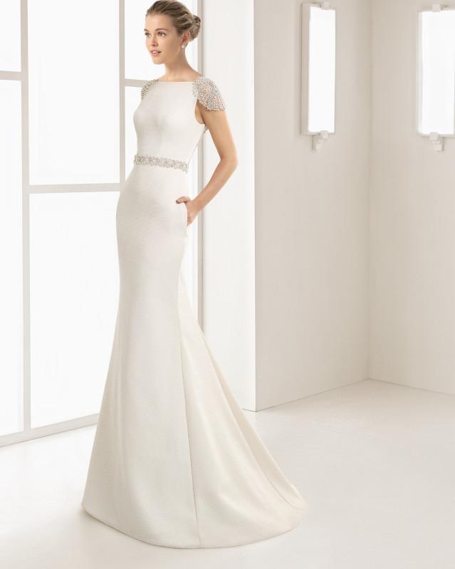 Vestido de novia silueta de piqué escote barco y espalda joya muy pronunciada en pedrería frost, en color champagne.