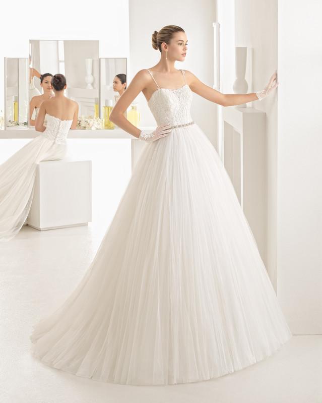 Vestido de novia de Rosa Clará estilo princesa con falda de tul y escote semi corazón con tirantes finos