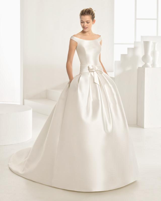 Vestido de novia de Rosa Clará liso con lazo y escote de barco y hombros descubiertos