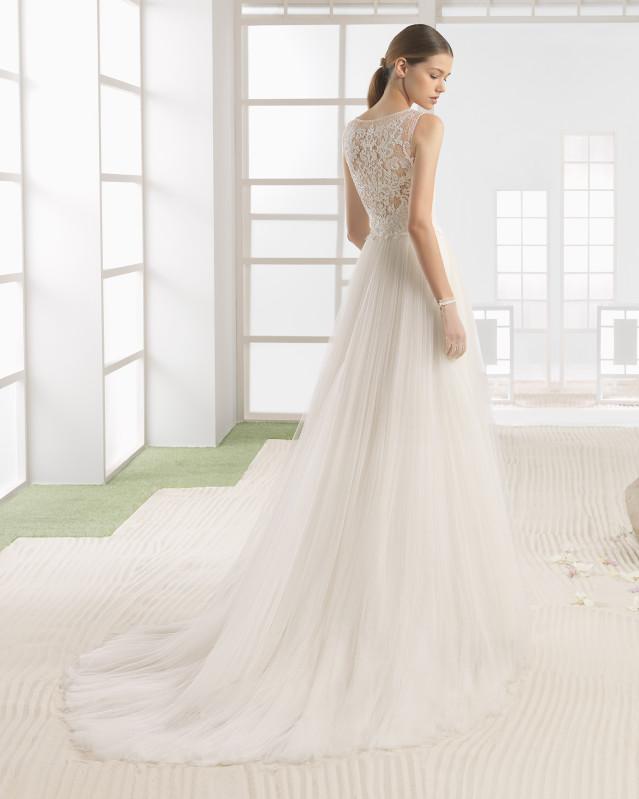 Vestido de novia ligero con cuerpo de encaje y pedrería y falda de tul suave, con escote barco, en color natural.