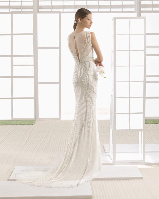 Vestido de novia silueta de gasa de seda con pedrería bordada, en color marfil.