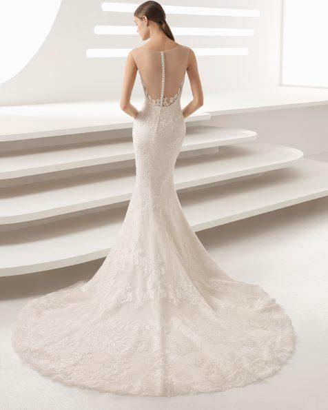 Abito da sposa taglio sirena in guipure e pizzo, con scollo illusione e schiena scollata.