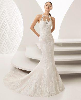 Vestido de novia de Rosa Clará tipo sirena bordado con escote en en corazón y escote halter