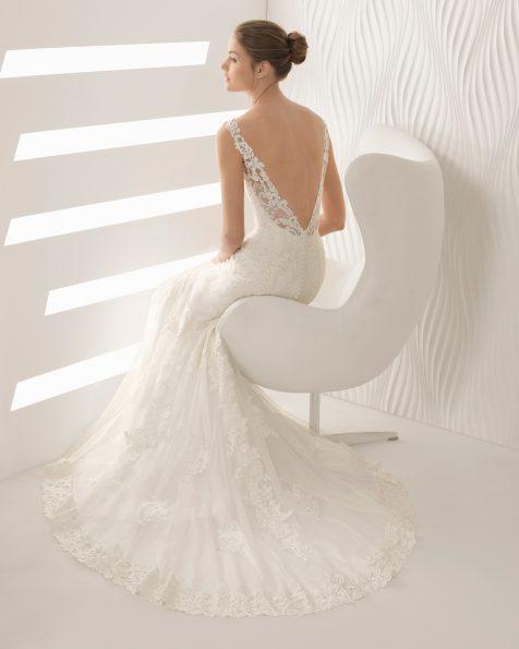 Meerjungfrau-Brautkleid aus Spitze mit Strassbesatz, V-Ausschnitt vorne und am Rücken.
