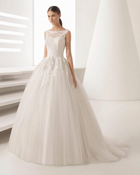 Vestit de núvia estil princesa de blonda pedreria i tul, amb escot il·lusió i faldilla volum.