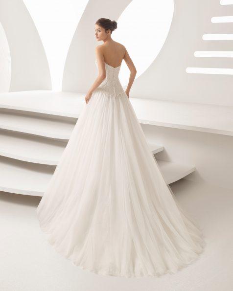 Rochie de mireasă în stil prințesă din dantelă, strasuri și tul, cu decolteu în formă de inimă cu fustă cu volum mare.
