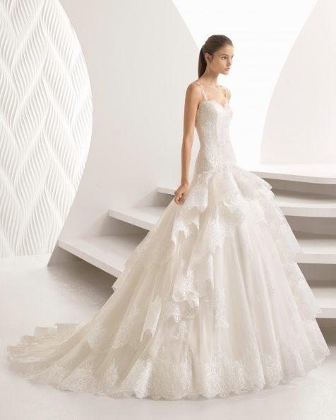 Rochie de mireasă în stil prințesă din dantelă, strasuri și tul, cu decolteu în formă de inimă cu volane.