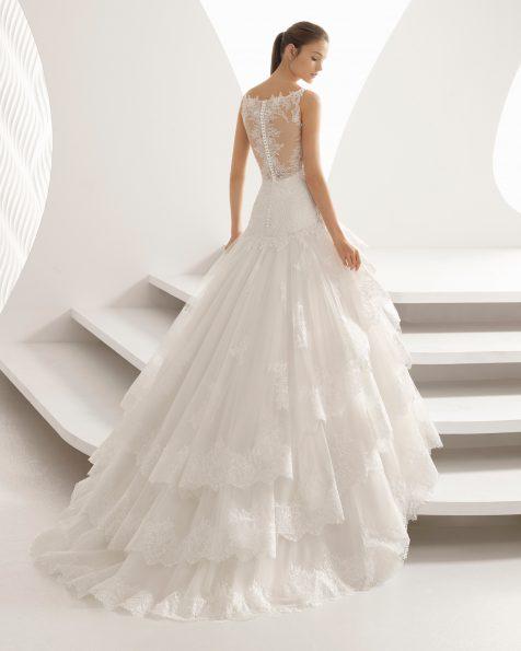 Vestit de núvia estil princesa de blonda pedreria i tul amb escot de cor amb volants.