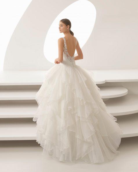 Abito da sposa stile principessa in pizzo con strass e organza royal, con scollo a V e volant.