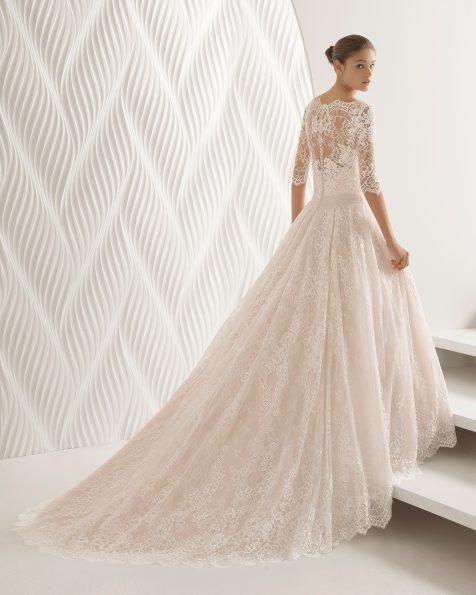 Princess-Brautkleid aus strassbesetzter Spitze mit langen Ärmeln und V-Ausschnitt, in Rosé und Naturweiß, geschlossener Rücken.