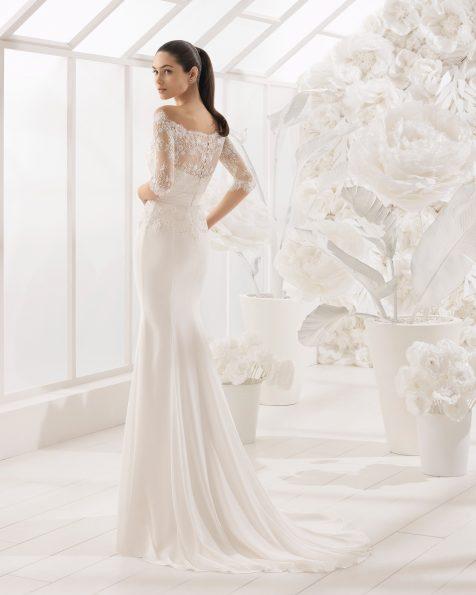 Vestido de noiva corte sereia de crepe georgete, renda e brilhantes, de manga francesa com decote tipo barco.