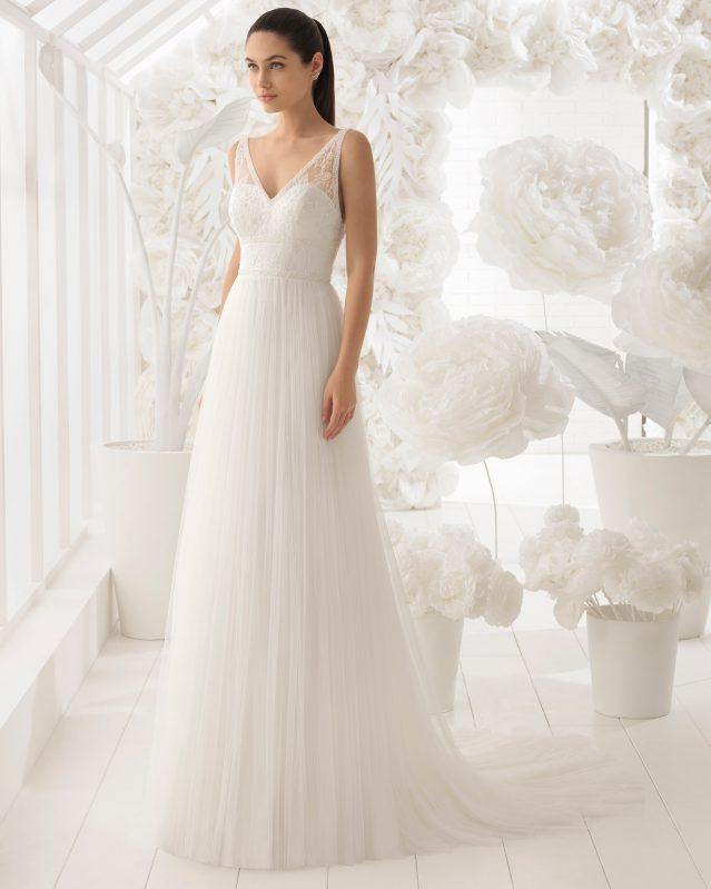 Vestido de novia de Rosa Clará con cuello en V, espalda descubierta, forma A y falda de tul sin vuelo