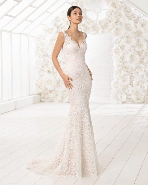 Robe de mariée coupe sirène en dentelle avec décolleté dans le dos.