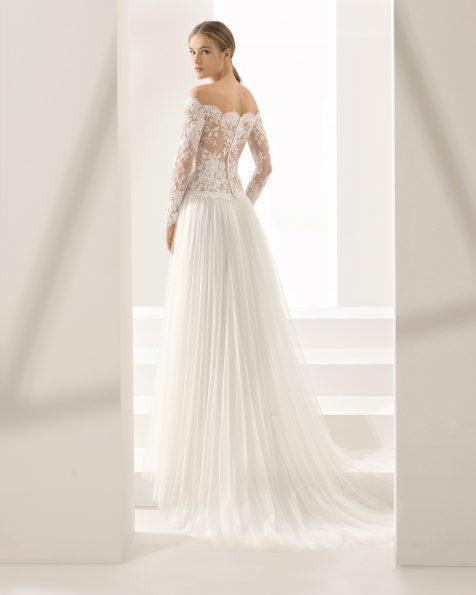 Vestido de novia estilo boho de encaje y tul de manga larga, con escote envolvente y transparencias en color natural/nude.