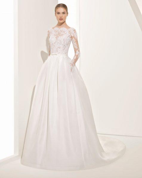 Vestido de novia estilo clásico de encaje y garza de seda de manga larga, con escote barco, espalda V y transparencias.