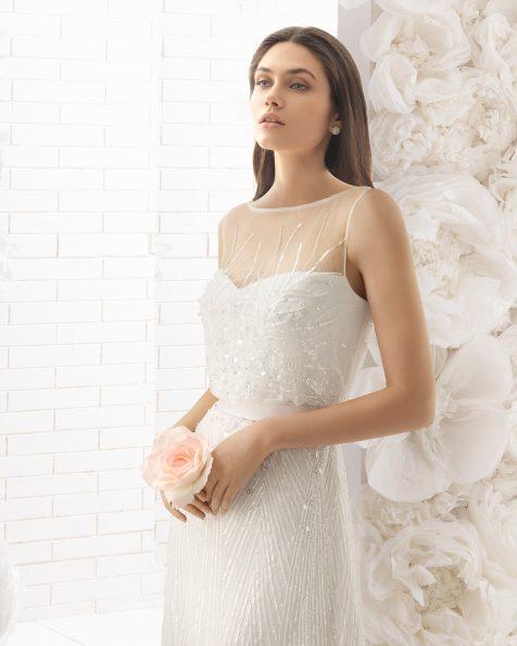 Vestido de noiva leve ablusado de brilhantes, em cor natural.