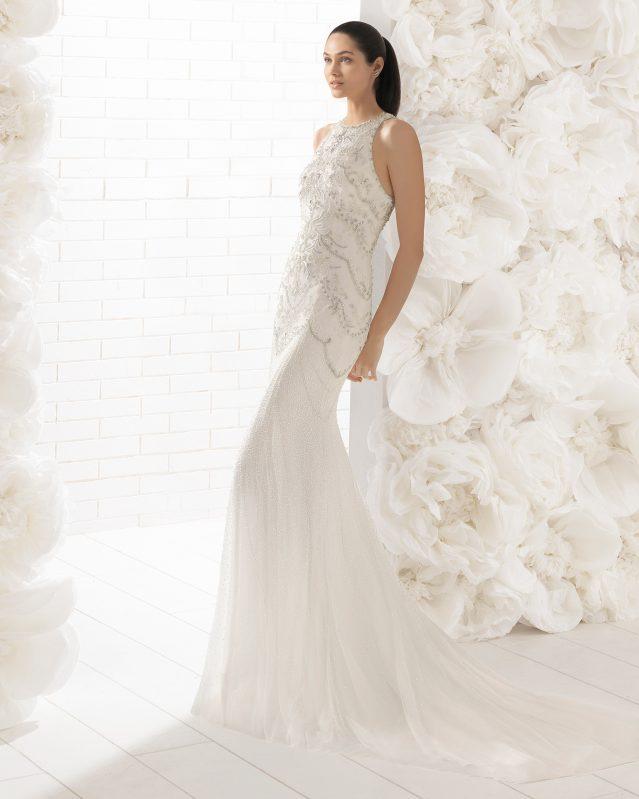 La pedrería en este vestido de corte sirena es la absoluta protagonista. Combinación de pedrería en color natural y plateado resaltan la figura de la mujer de manera sofisticada. Tiene una espalda de pedrería en color plata espectacular.