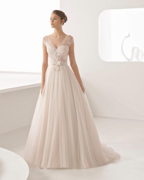 Robe de mariée style princesse en dentelle avec pierreries et tulle doux, col en V, dos fermé, de couleur nude et naturelle.