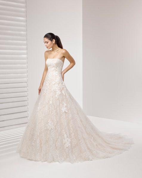 Vestido de novia estilo princesa de encaje y pedrería, con escote palabra de honor y aplicaciones de encaje.