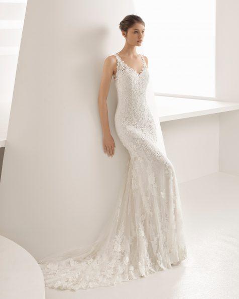 Vestit de núvia tall sirena en guipur i blonda amb escot sota les espatlles i esquena escotada de color perla i natural.