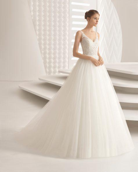 Vestit de núvia estil princesa en guipur i tul, amb escot en V amb transparències i faldilla volum.