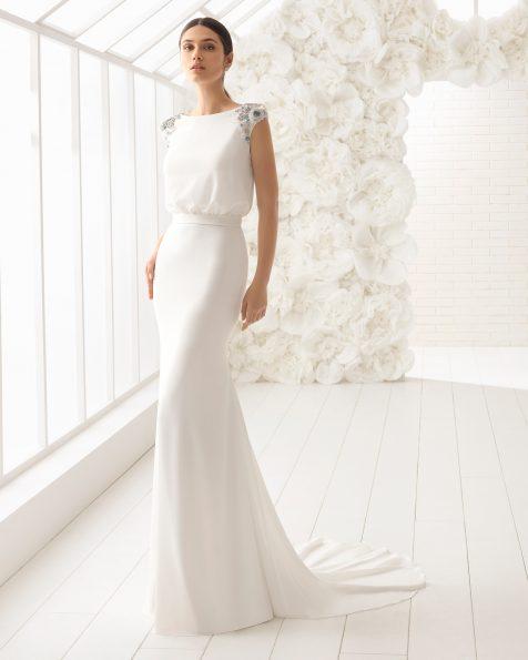 Robe de mariée coupe sirène en crêpe avec fleurs en cristal brodées.