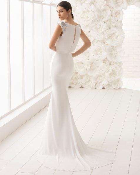 美人鱼款绉绸新娘婚纱,刺绣水晶花卉图案设计。