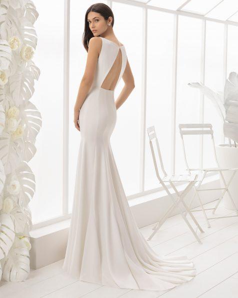 Robe de mariée coupe sirène en crêpe avec décolleté dans le dos.