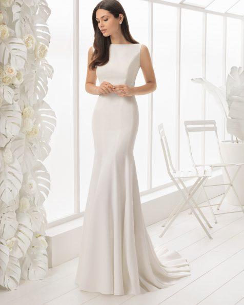 美人鱼款低背绉绸新娘婚纱。