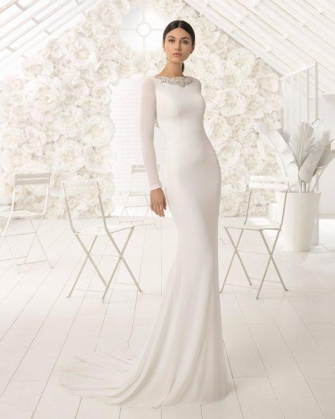 Vestido de novia corte sirena en crepe de manga larga y flores de cristal bordadas.
