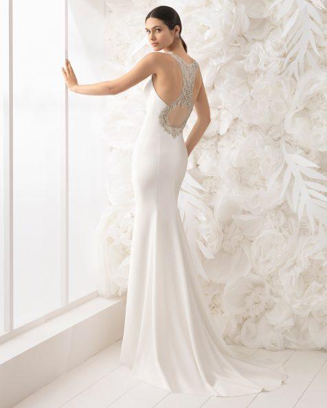 Vestido de noiva corte sereia de crepe com decote nas costas.