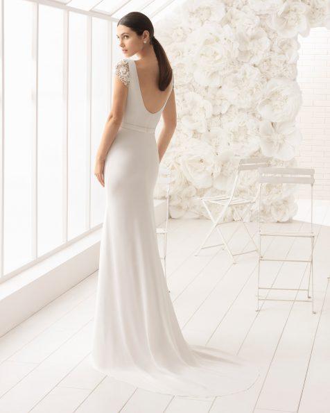 Vestido de noiva corte sereia de crepe georgete de manga curta e adorno de brilhantes.