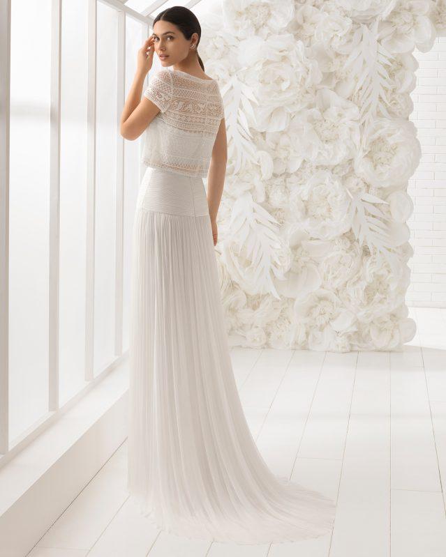 Sensual y muy femenino es como vemos este maravilloso vestido de novia. Es un diseño boho de tres piezas en muselina de seda y guipur con un fantástico body bandeau. Perfecto para aquellas novias con alma joven.