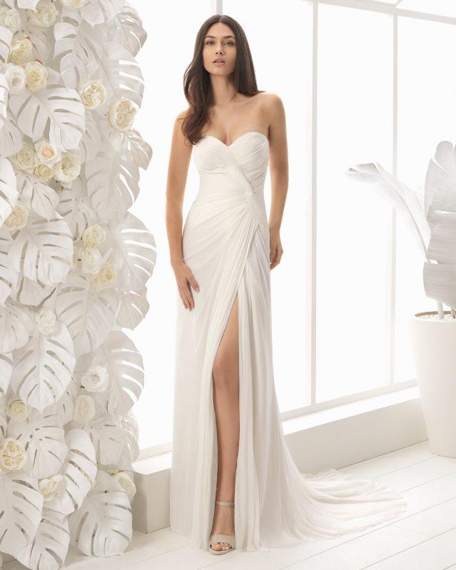 Vestido de novia de Rosa Clará de seda estilo boho con escote de corazón y abertura en la pierna
