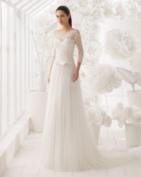 Vestido de noiva estilo linha A de tule, renda e brilhantes, de manga comprida.