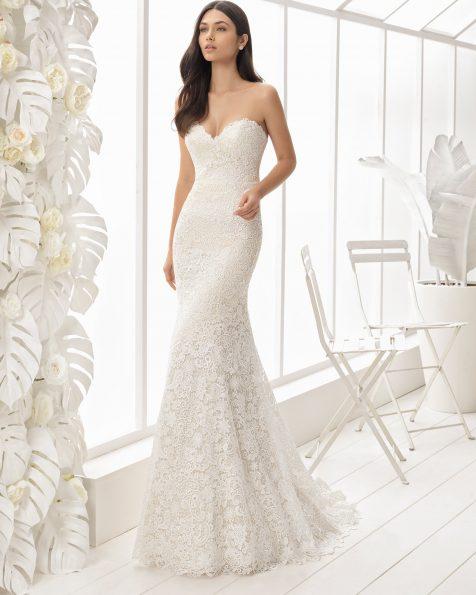 美人鱼款鸡心领蕾丝新娘婚纱。