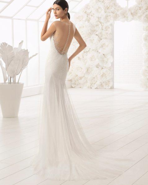 Vestido de noiva corte sereia de brilhantes com decote nas costas.