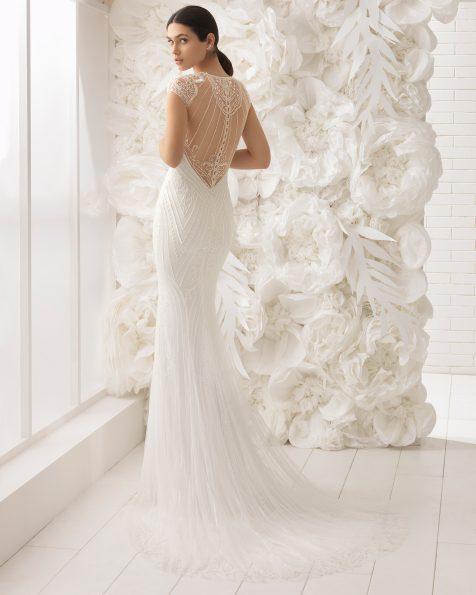 Vestido de noiva corte sereia de brilhantes, com decote em forma de coração e costas decotadas.