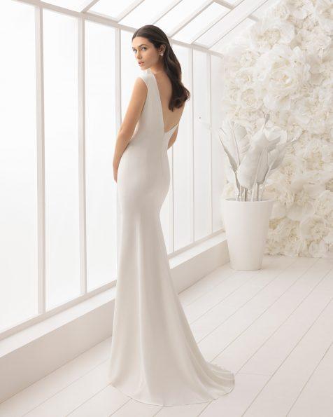 Vestido de noiva corte sereia de crepe com costas em V.