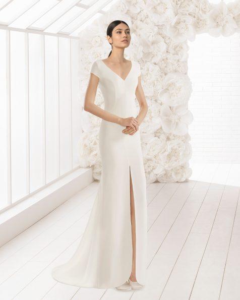 Платье прямого силуэта из крепа с V-образной горловиной, открытыми плечами, рукавами и вырезом спереди; цвет натуральный.