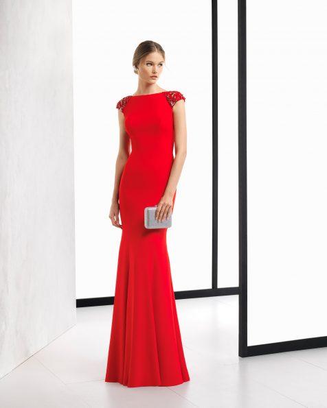 Vestido de fiesta largo de crepe, con espalda escotada y  con aplicaciones de  pedrería. Disponible en color cobalto, rosa, rojo y verde. Colección ROSA CLARA COCKTAIL 2018.