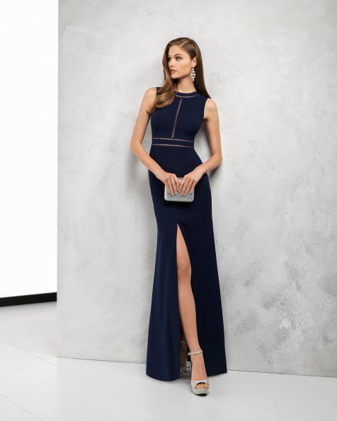 Длинное коктейльное платье из крепа, с юбкой с разрезом спереди. Цвета: темно-синий, черный, серебристый, коралловый, кобальтовый, зеленый, голубой и красный. Коллекция ROSA CLARA COCKTAIL 2018.