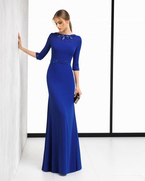 Длинное коктейльное платье, с рукавами из креп-жоржета длиной 3/4 с аппликацией с отделкой бусинами. Цвета: кобальтовый, коралловый и серебристый. Коллекция ROSA CLARA COCKTAIL 2018.