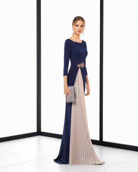 Vestido de fiesta largo en crepe elástico y pedrería bicolor con plisado, en color marino/nude y humo/nude. Colección ROSA CLARA COCKTAIL 2018.