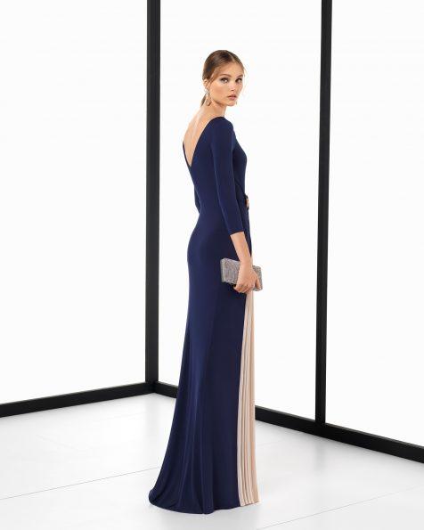 Vestit de festa llarg de crepe elàstic i pedreria bicolor amb prisat, de color blau marí/nude i fum/nude. Col·lecció ROSA CLARA COCKTAIL 2018.