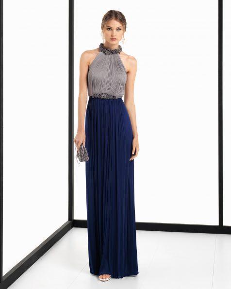 Vestido de cerimónia comprido de musselina de seda e brilhantes em azul-acinzentado/azul-marinho, coral/azul-marinho e prateado/azul-marinho. Coleção ROSA CLARA COCKTAIL 2018.