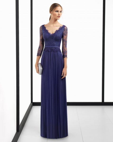 Длинное коктейльное платье из шелкового муслина, с рукавами 3/4, V-образной горловиной, V-образным вырезом на спинке и лифом из традиционного кружева и гипюра. Цвета: кобальтовый, красный, зеленый, коралловый, серебристый, темно-синий и фук Коллекция ROSA CLARA COCKTAIL 2018.