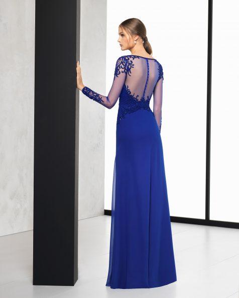 Длинное коктейльное платье из креп-жоржета с отделкой бусинами, с длинными рукавами и спинкой из тюля с отделкой бусинами. Цвета: кобальтовый, серебристый и коралловый. Коллекция ROSA CLARA COCKTAIL 2018.